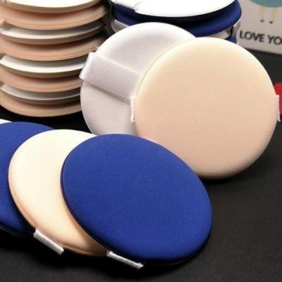 气垫粉扑干湿两用,颜色蓝色和肤色,更贴近你的皮肤,护肤更佳哦.1.气垫粉扑可以用来上隔离、粉底液、BB霜以及CC霜等底妆产品,因为它的厚度比较薄所以比较适合比较水润质地的,所以腮红膏也是可以用气垫粉扑来完成的.干湿2用.还可以用来涂遮瑕膏,可以让遮瑕膏更加的服帖,不会因为太厚重而产生干纹.