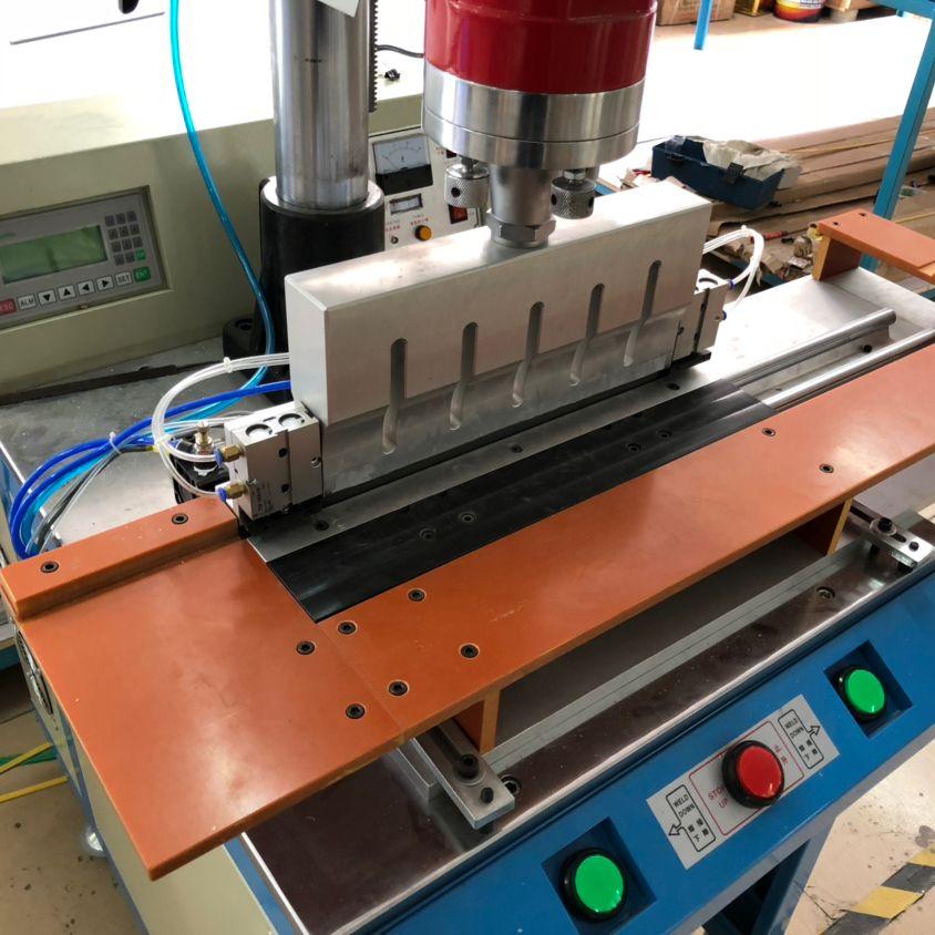 全自动智能压版机 连条片基设备的连体片基机器 挂版条焊接机