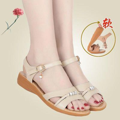 夏天中年妈妈鞋真皮平跟平底加肥孕妇软底大码43中老年妇女凉鞋42