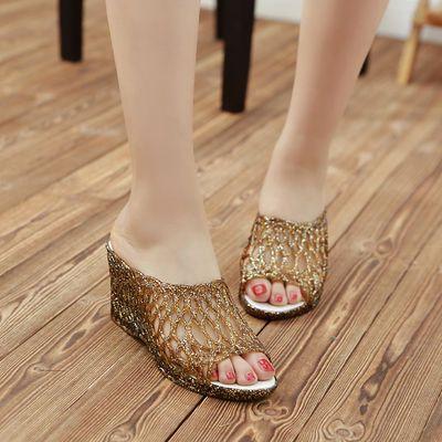 新款女夏包邮鱼嘴洞洞鞋坡跟厚底水晶透明妈妈鞋广场舞女士凉鞋