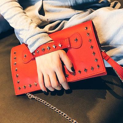 包包女2020新款韩版铆钉手拿包女时尚单肩斜跨链条信封手包钱包女