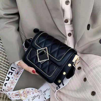 法国小众高级感斜挎包包女包2020新款网红小黑包时尚菱格洋气小包