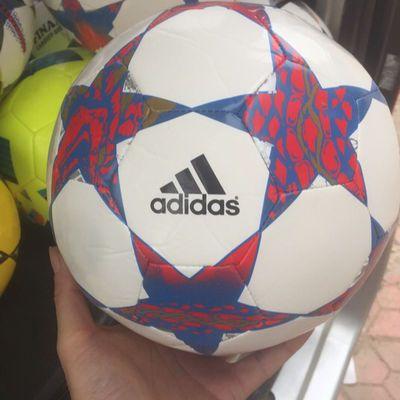 阿迪达斯五号足球,气筒,网兜,气针都有的
