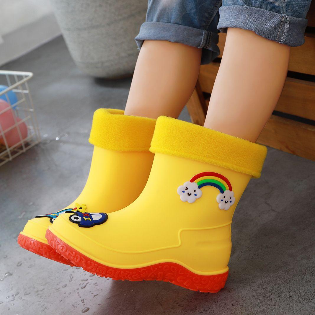 儿童穿着雨靴上学