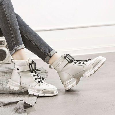 鞋面主材质选用了质感细腻的亲肤面料,柔韧、耐磨、耐折、触摸有顺滑手感。便捷魔术贴套脚穿脱设计,出门穿脱比较方便。过一个暖暖的早秋,要从脚下开始。喜欢的宝贝们不要犹豫哦 质量保障 早买早发货! 浪漫的秋季是适合走出去的季节,所以少不了一双舒适又不落伍的美鞋相伴。,高端轻奢的时尚气息,减掉了高跟的束缚,变得更加适合长时间的行走,so,你可以毫无顾忌的逛街压马路,陪你来一场说走就走的出游