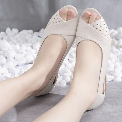64620/真皮软底防滑凉鞋女平底2021新款鱼嘴妈妈鞋坡跟舒适中老年人凉鞋