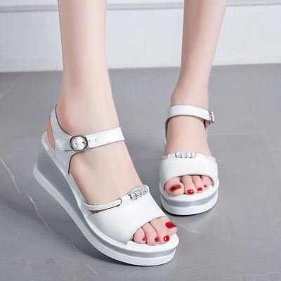 软皮凉鞋女夏季新款坡跟平底中跟厚底韩版高跟女士外穿百搭凉拖鞋