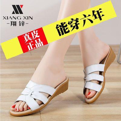 真皮妈妈凉拖鞋女中跟软底时尚中老年凉拖鞋外穿大码中年坡跟拖鞋