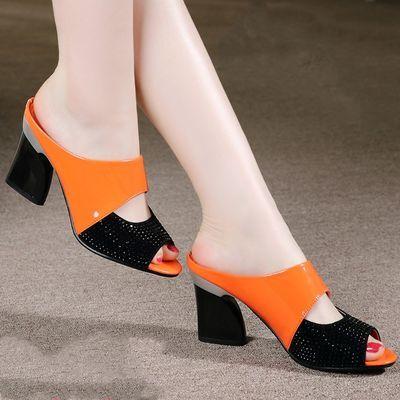 鱼嘴拖鞋妈妈粗跟凉拖漆皮水钻女凉鞋高跟拖鞋女2020夏季中跟新款