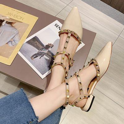 凉鞋女2020年新款平底鞋夏季时尚女鞋包头粗跟尖头铆钉时装漆皮鞋