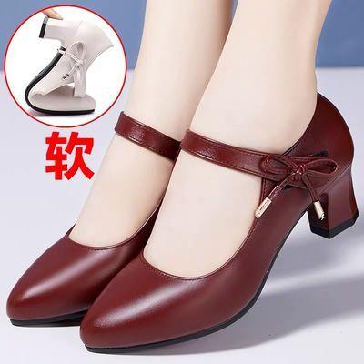 妈妈软皮鞋2020夏季红色粗跟软底舒适女式中跟一字扣带中年单鞋子