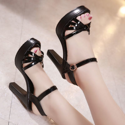 2020新款一字扣带露趾漆皮走秀凉鞋女粗跟黑色防水台10CM高跟鞋夏