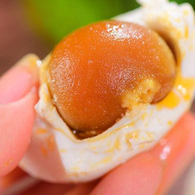咸鸭蛋腌制高油油多正宗红心流油50g60g70g真空熟蛋即食整箱批发