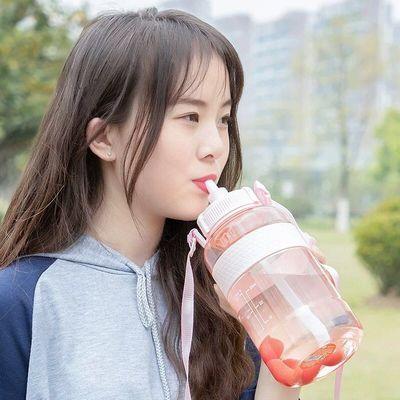 大容量塑料水杯成人吸管杯带背带运动户外水壶便携学生儿童杯子女