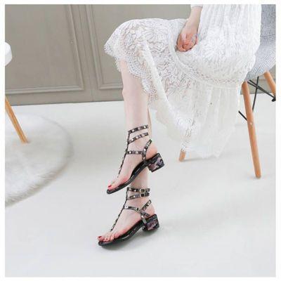 中跟夹脚罗马凉鞋女夏2020新款百搭夹脚铆钉一字扣粗跟仙女旅游鞋