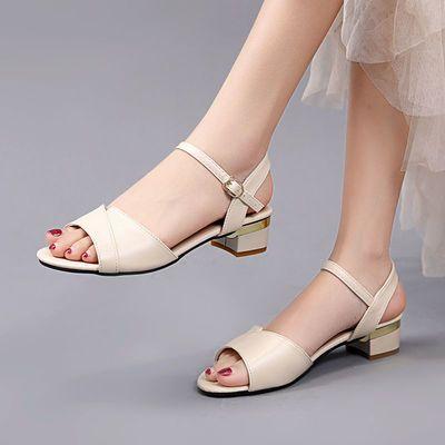 达芺妮真皮凉鞋女2021夏季新款时尚软底中跟粗跟一字扣带妈妈凉鞋