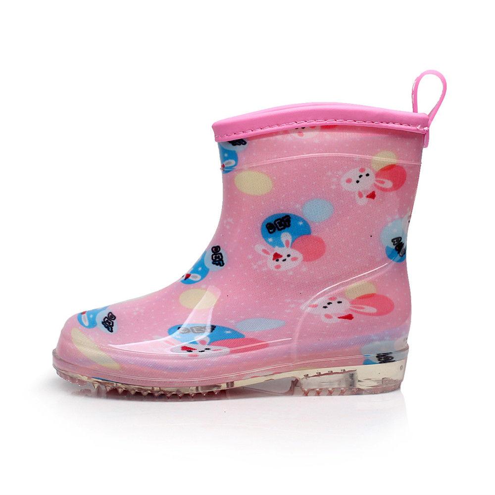 儿童穿雨靴图片
